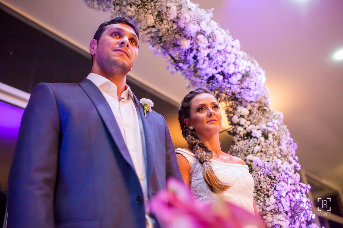 noivos emocionados durante o casamento