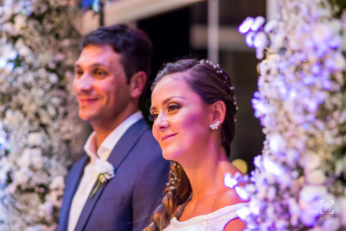 noivos felizes durante a cerimônia