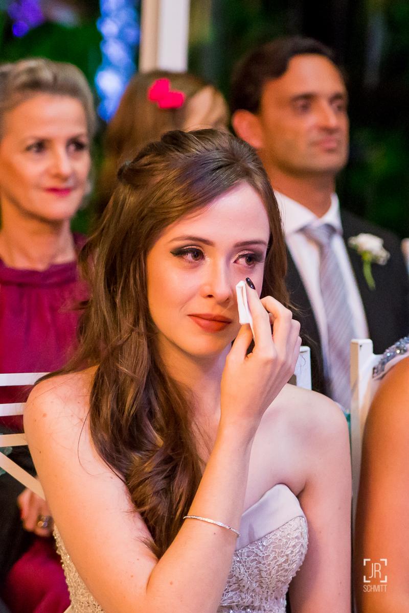 irmã da noiva chorando