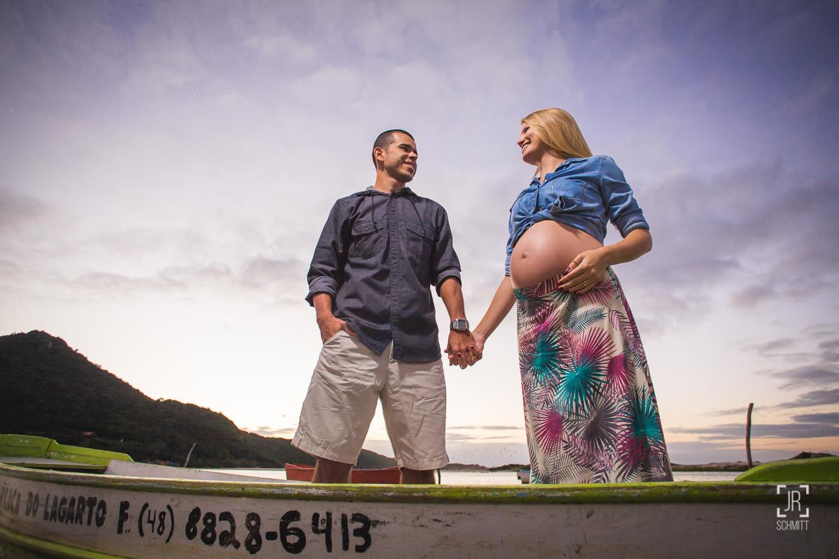 pai e mãe grávidos no barco ensaio de gestante
