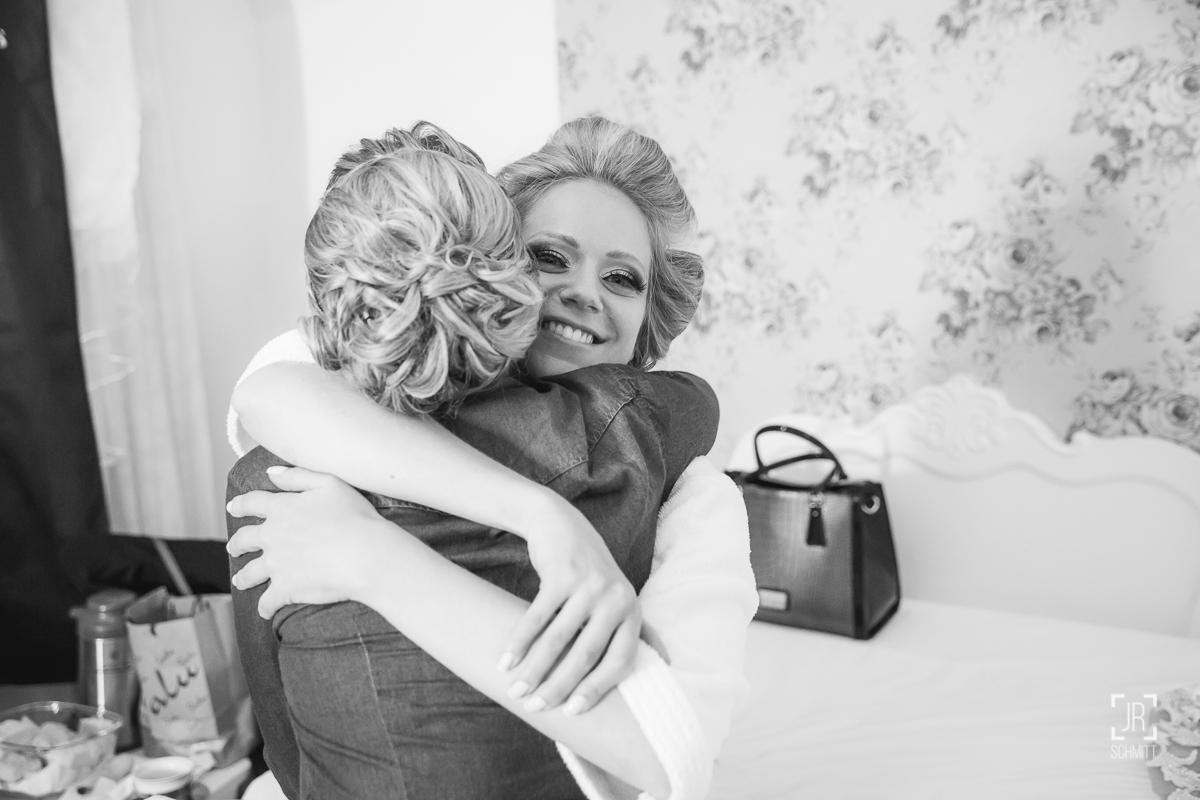 noiva abraçando a irmã