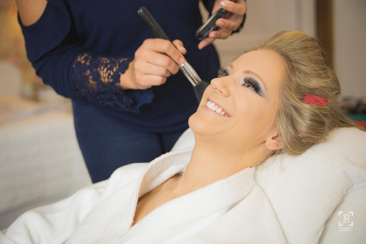 jozi nunes maquiando a noiva cláudia milena de ituporanga