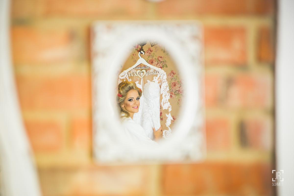 reflexo no espelho da noiva e vestido