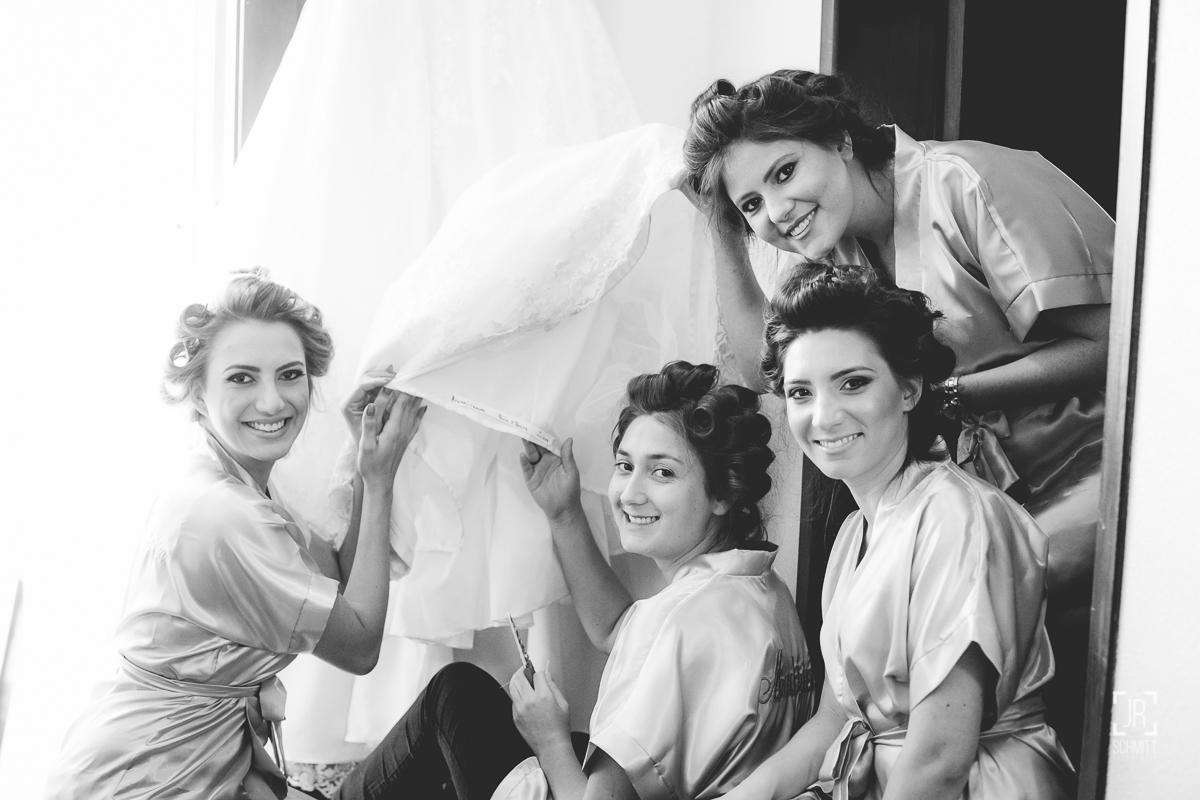 Madrinhas colocando nomes das solteiras no vestido da noiva
