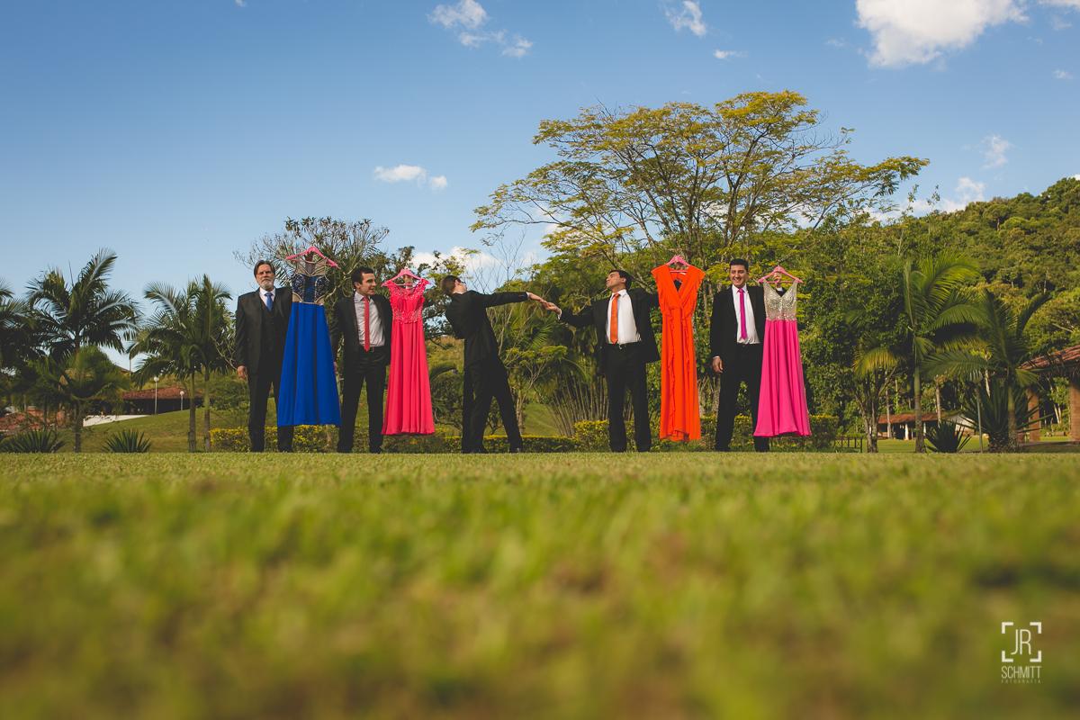 Padrinhos com gravatas na cor dos vestidos das madrinhas - casamento de dia