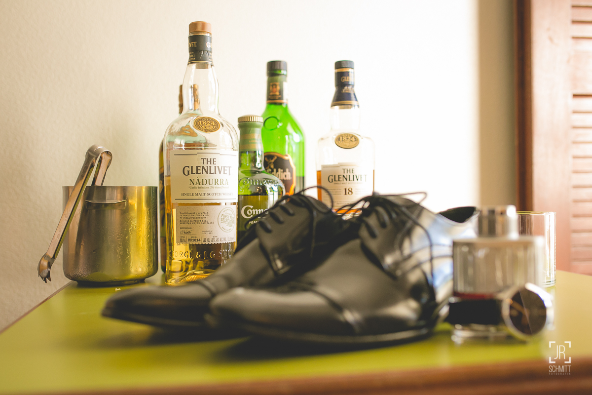 Sapato do noivo e whiskies