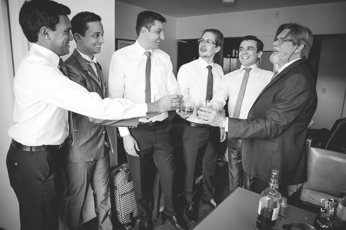 Padrinhos brindam com o noivo no making of