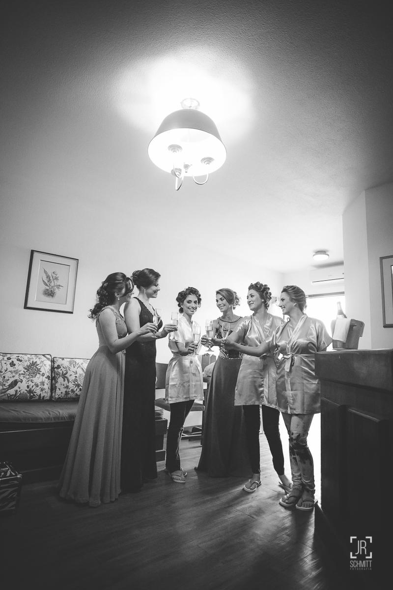Madrinhas e noiva brindam no making of