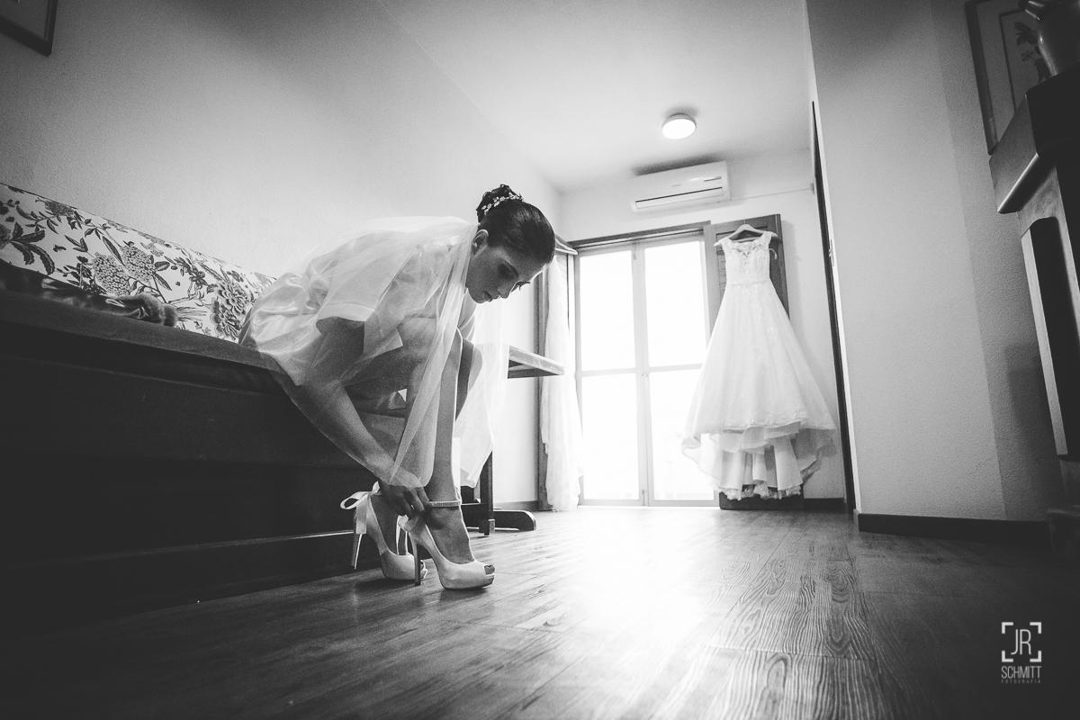 Noiva colocando os sapatos