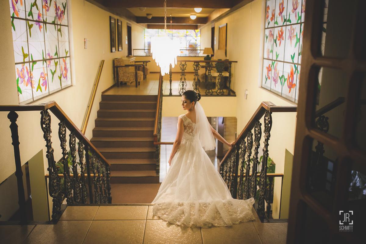 Noiva descendo as escadas