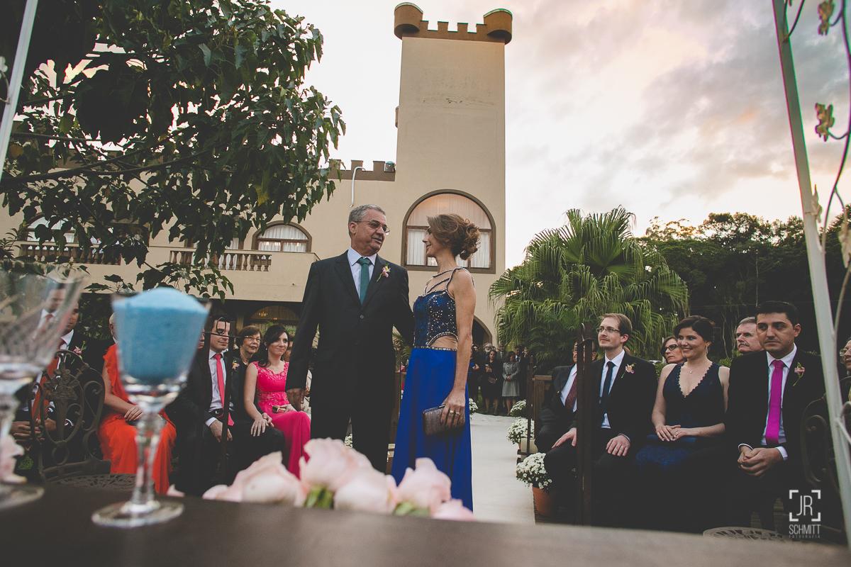 Pais da novia entrando na cerimônia - casamento de dia - Cervejaria Jester