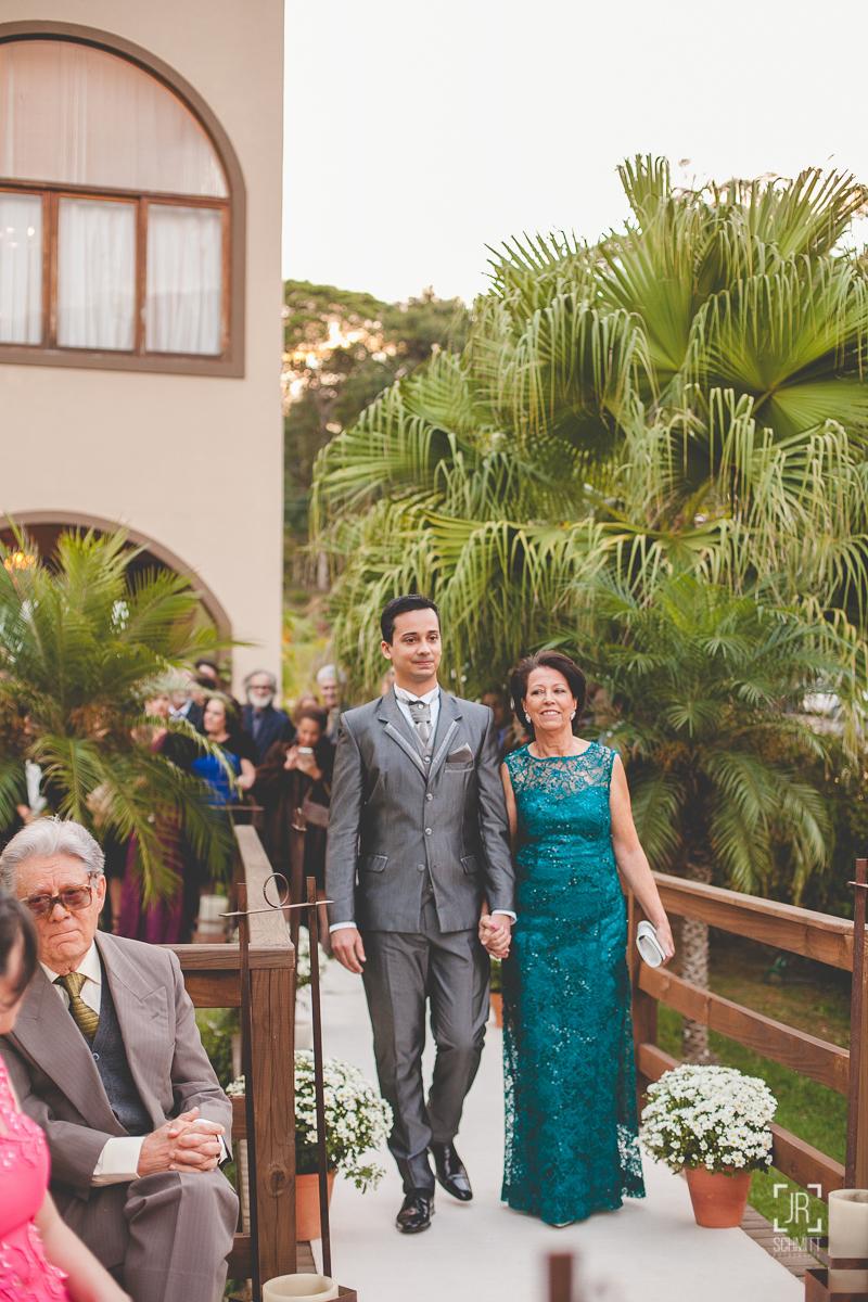 Noivo entrando com sua mãe na cerimônia, casamento de dia - cervejaria jester