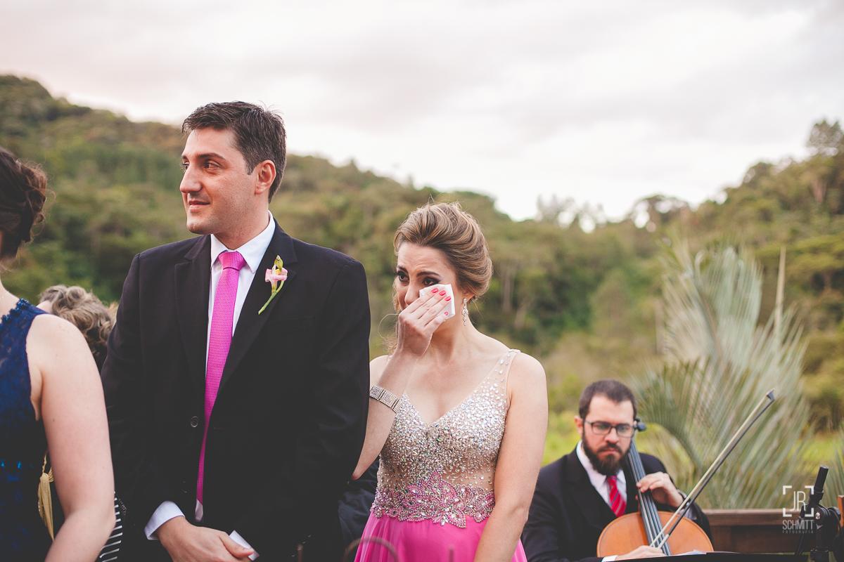Irmã da noiva secando as lágrimas