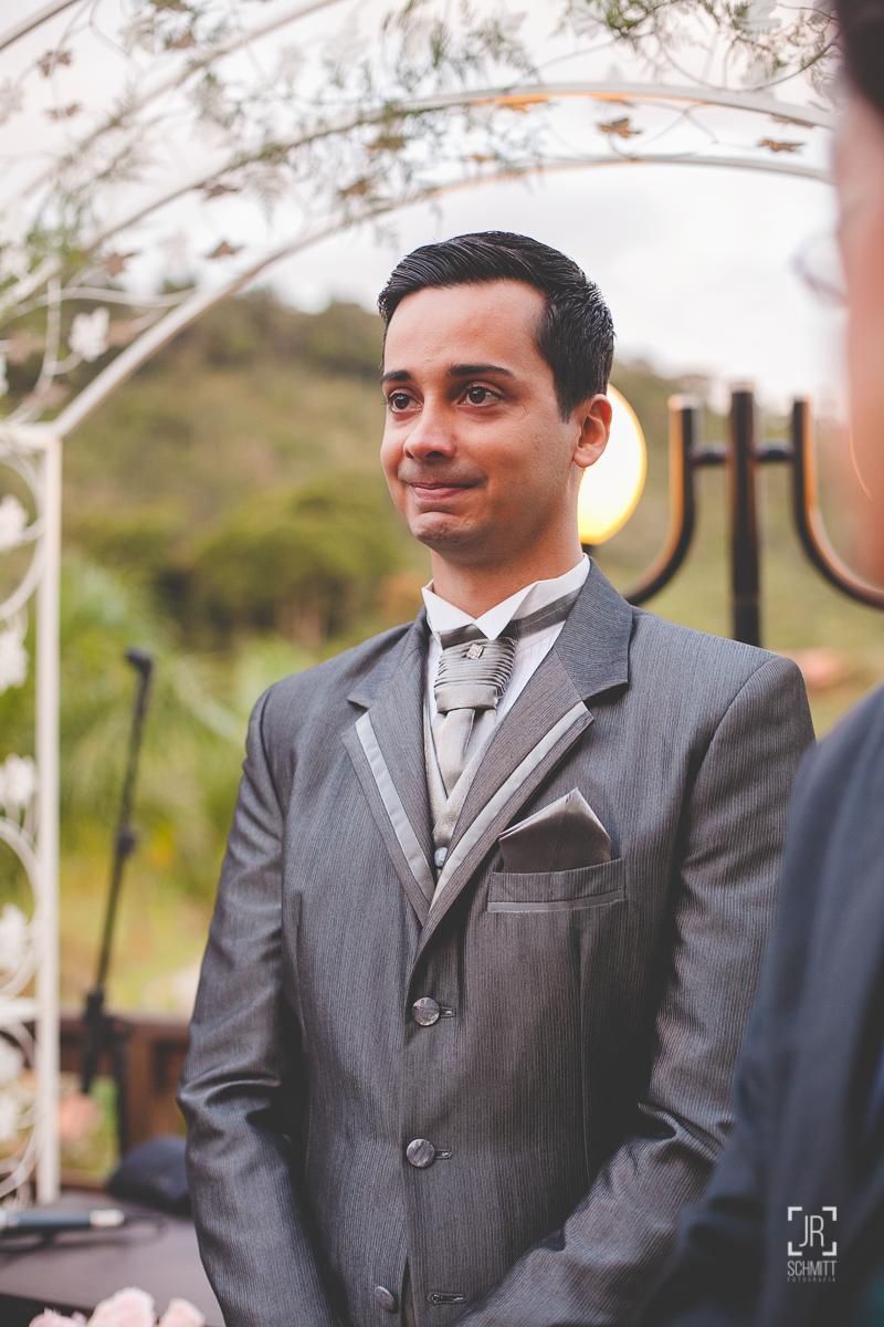 noivo se emociona ao ver a noiva entrando na cerimônia