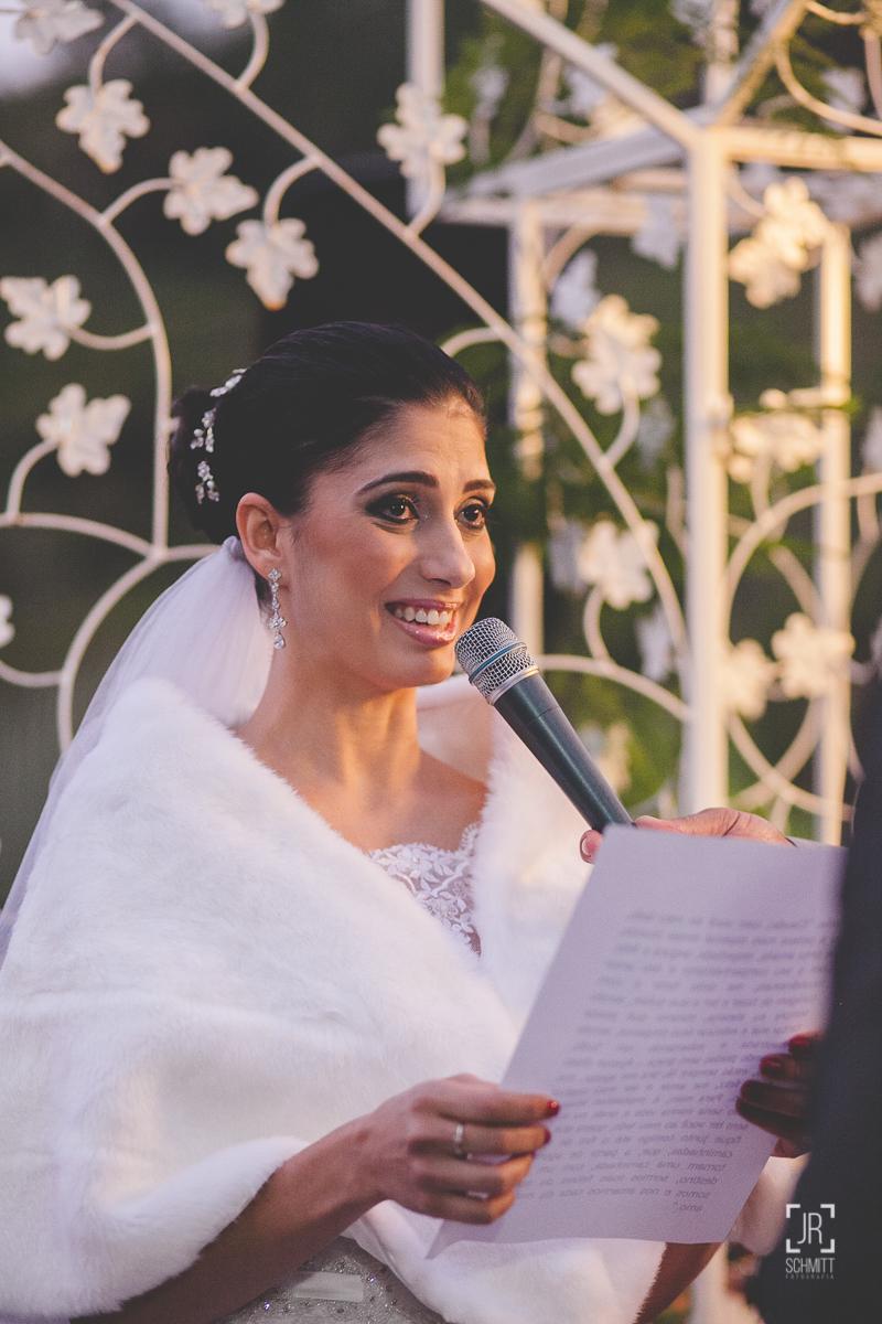 noiva lendo votos para o noivo