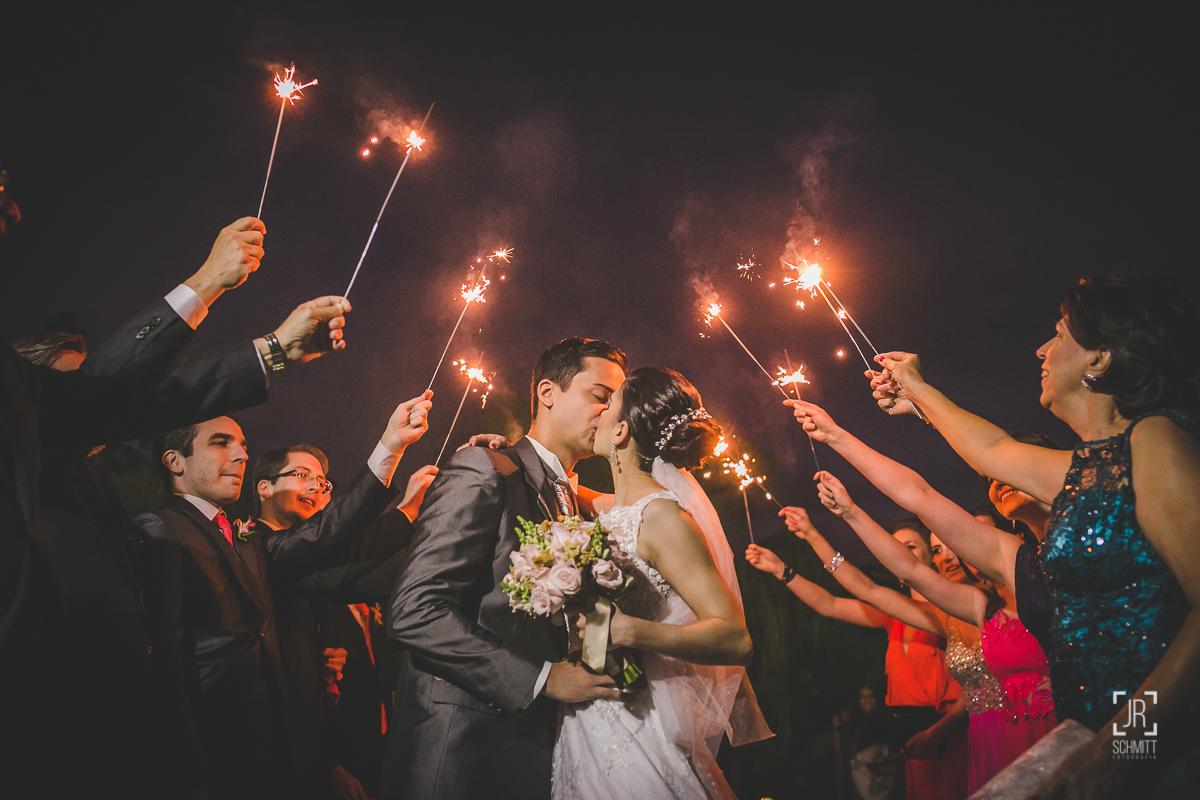 saída dos noivos com faíscas