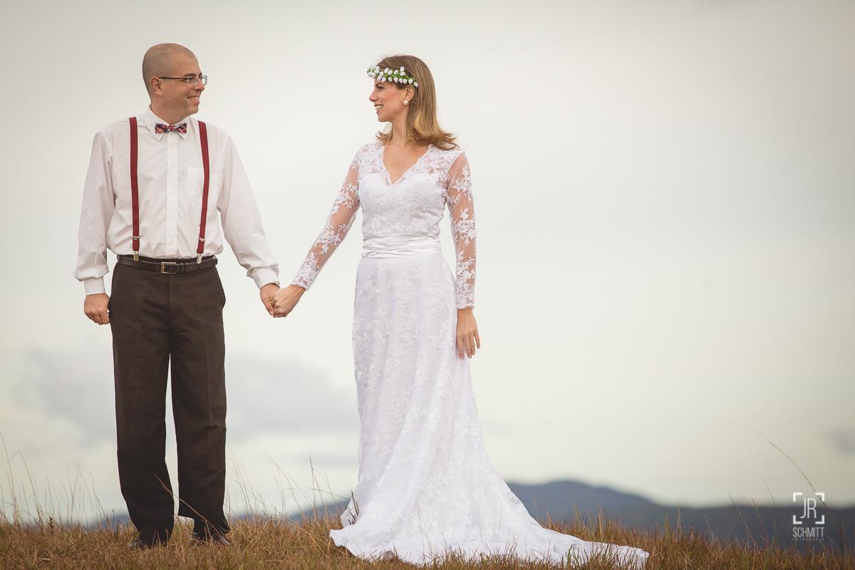 noivos trocam olhares, noivo de suspensório, noiva com coroa de flores