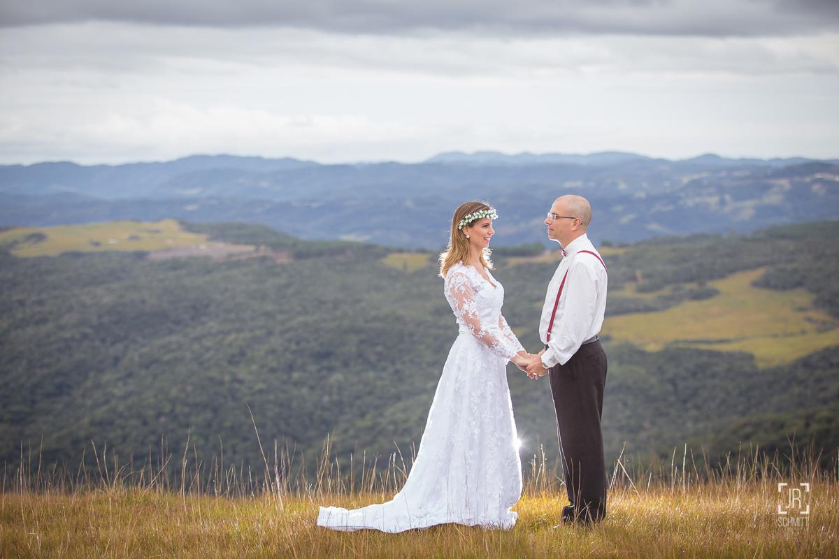 noivo de suspensório e noiva com coroa de flores