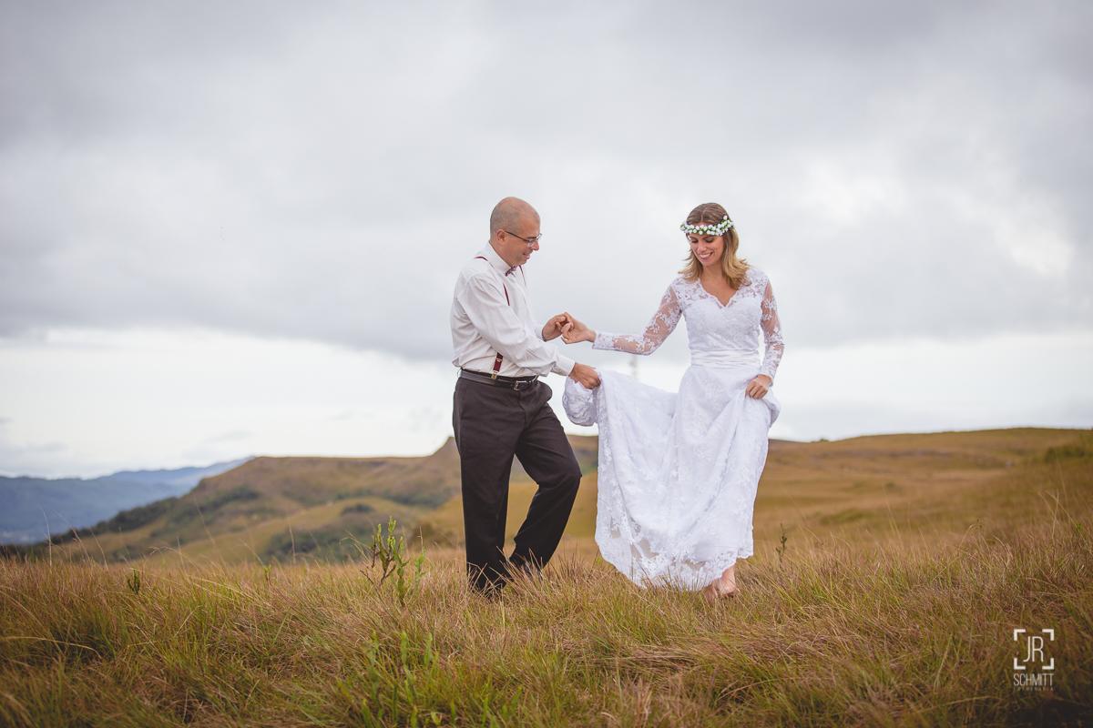 noivo segurando vestido da noiva