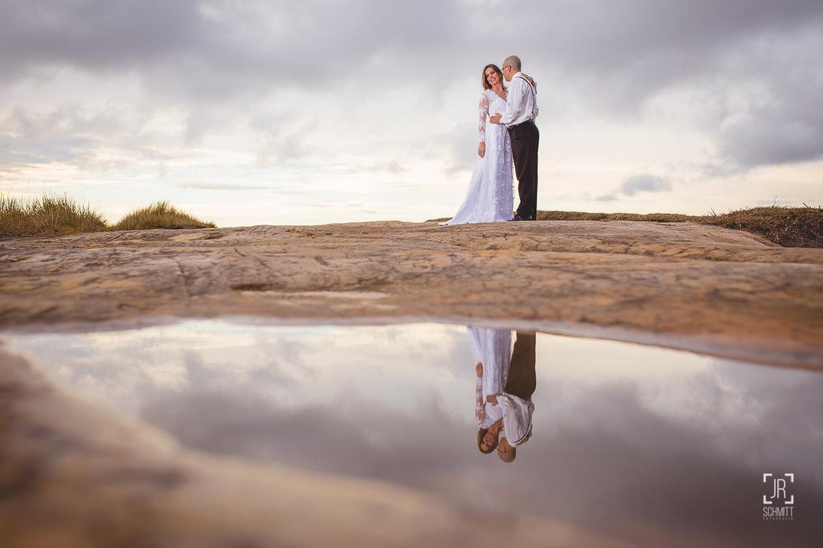 sessão trash the dress com reflexo na água