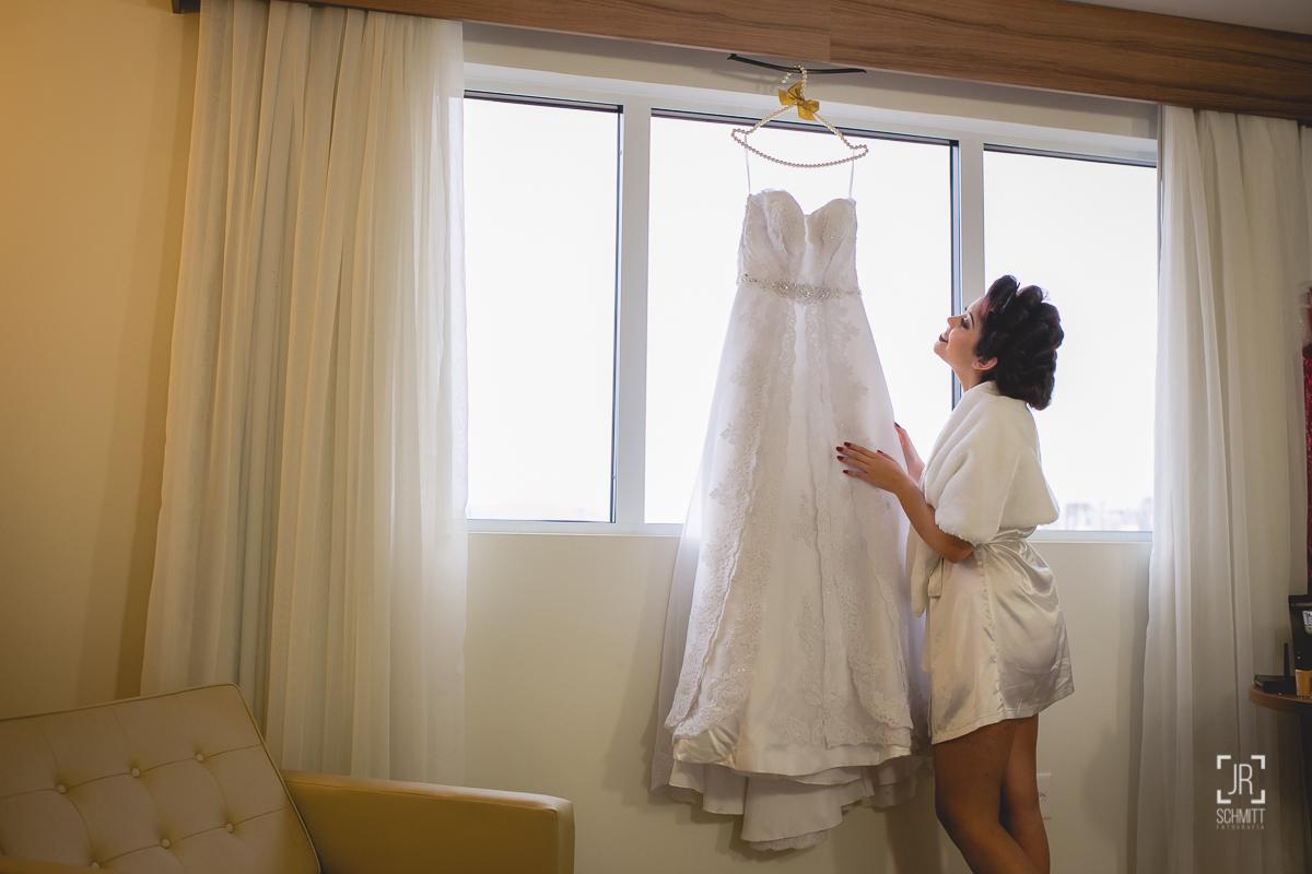 noiva apreciando o vestido