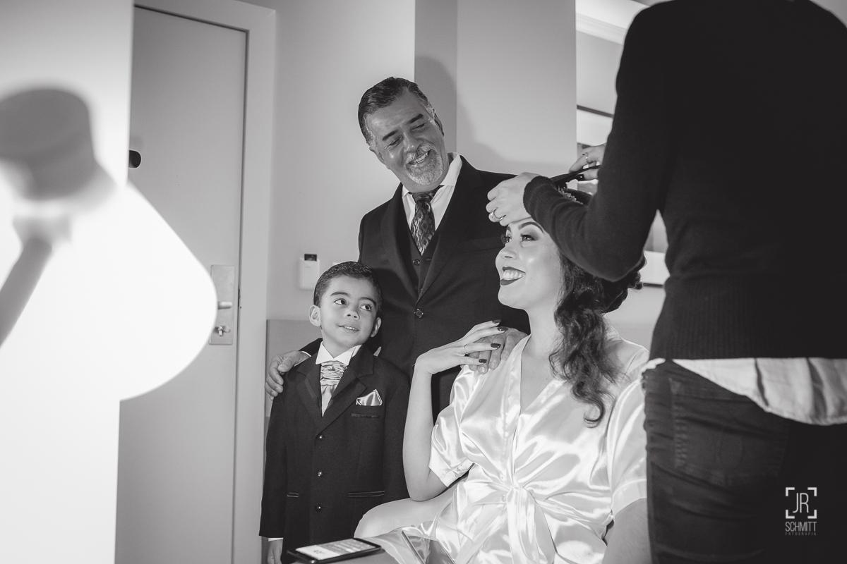 pai da noiva e irmão da noiva com ela no making of
