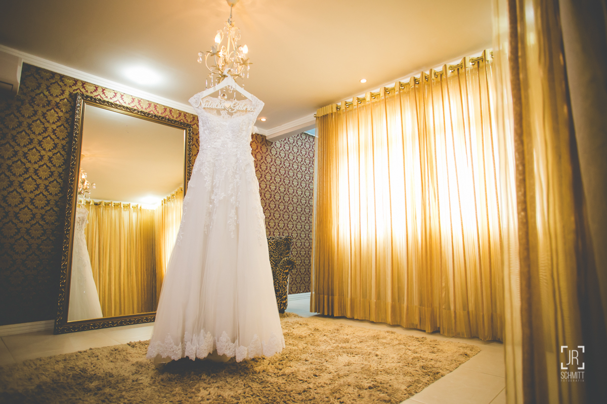festido da noiva no making of da noiva com seu cabide personalizado