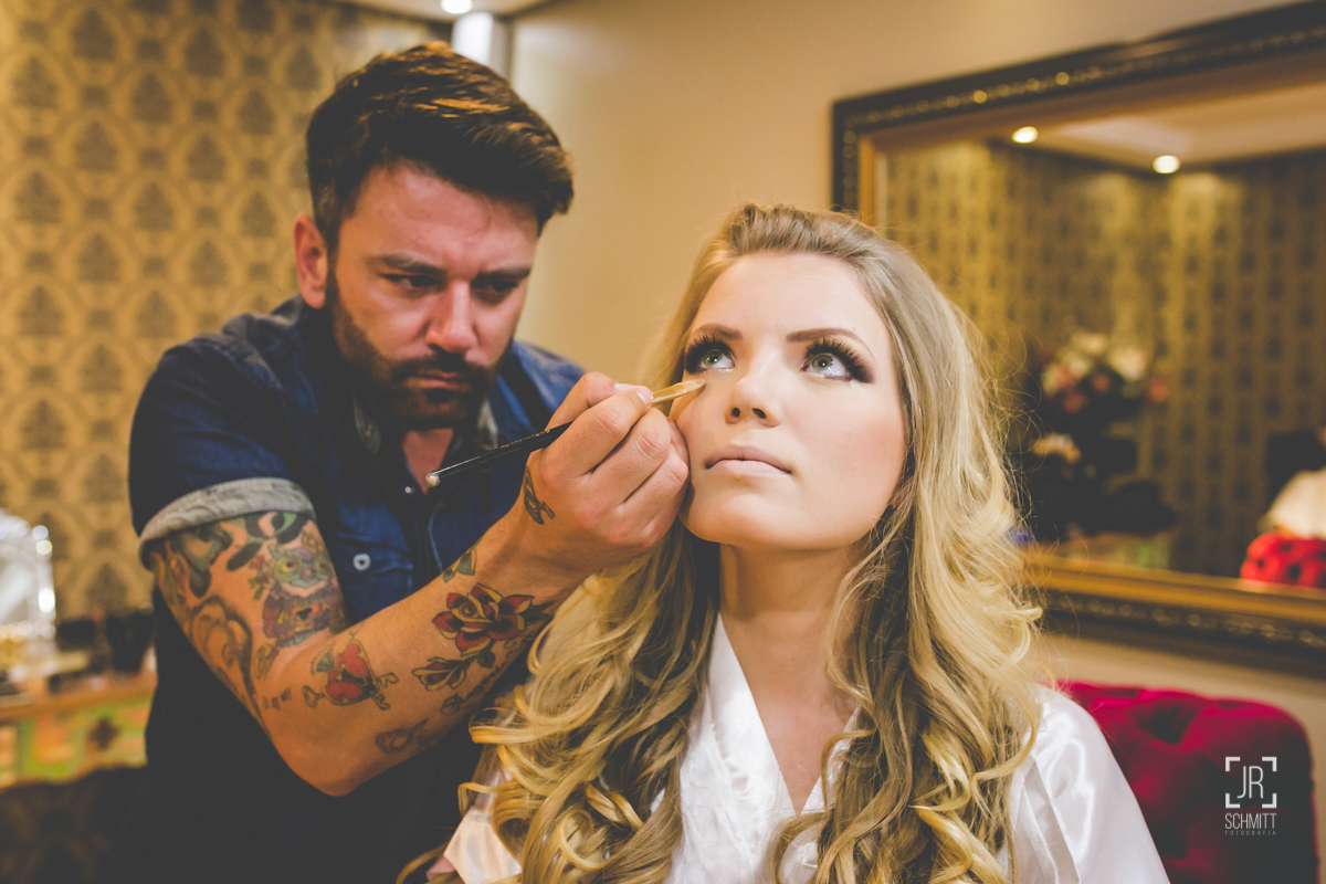 noiva se maquiando no garnde dia que é seu casamento