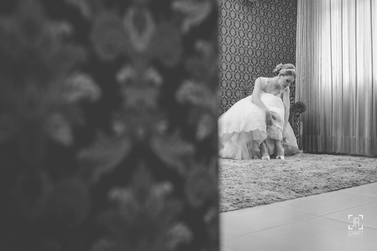 noiva coloquando seu sapato de casamento