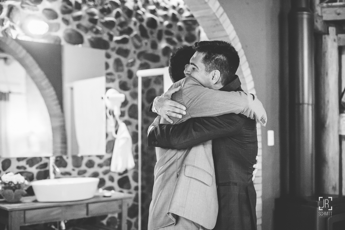 abraços de amigos no casamento