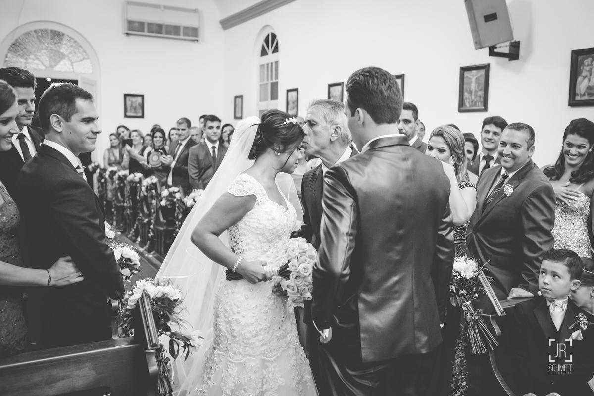 pai dando beijo na noiva na igreja