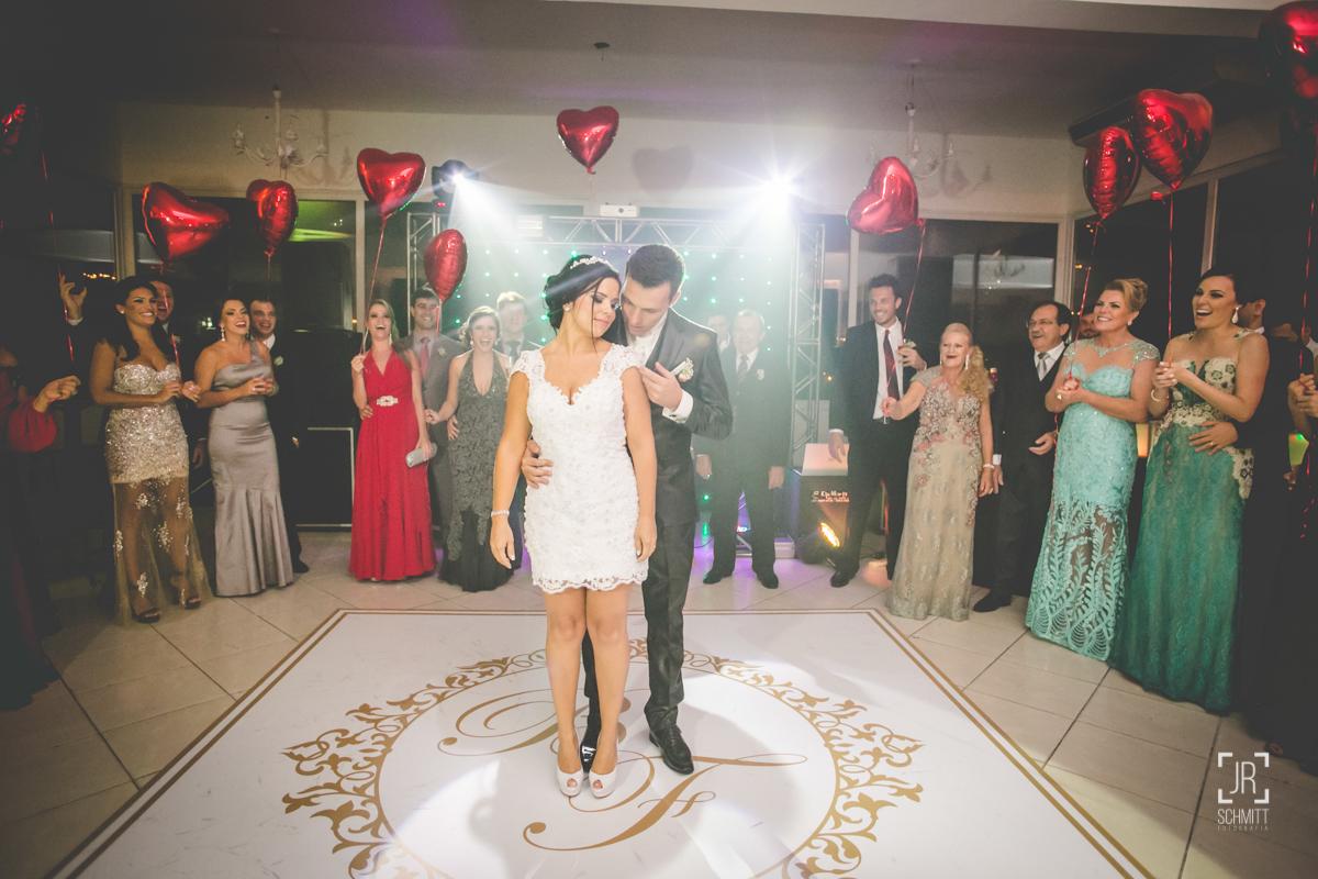 a dança dos noivos com balões de coração