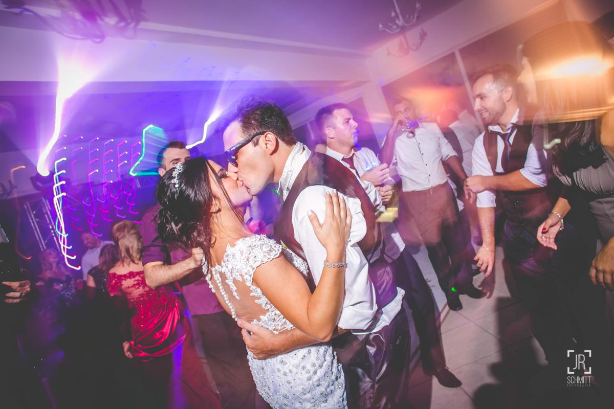 beijos dos noivos na festa de casamento