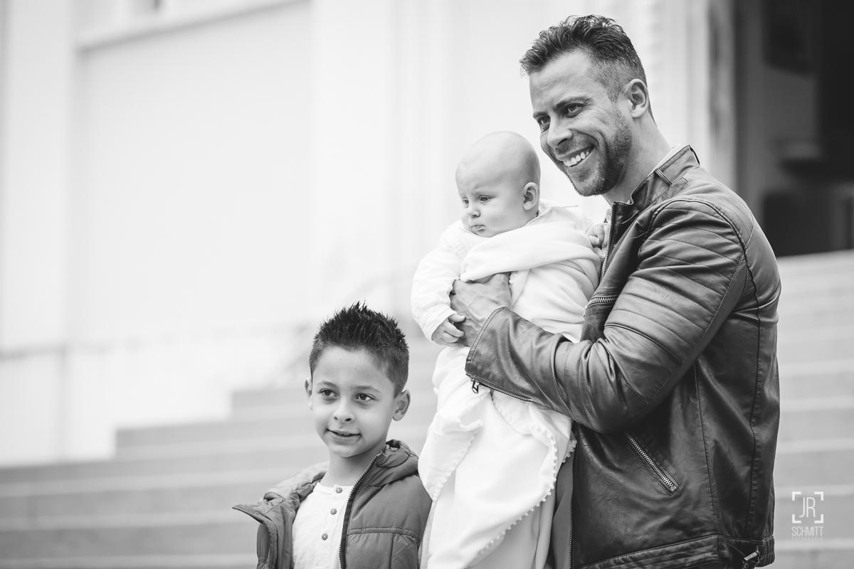 Pai com filho bebê e filho maior