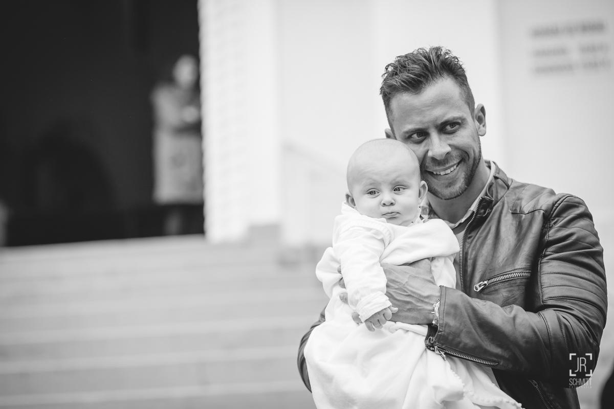 Pai segurando bebê