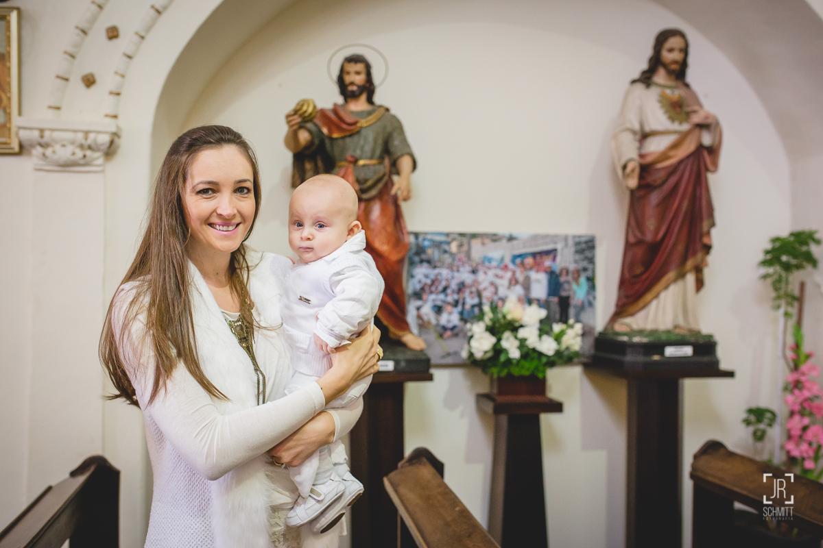 Mãe e filho na frente dos santos