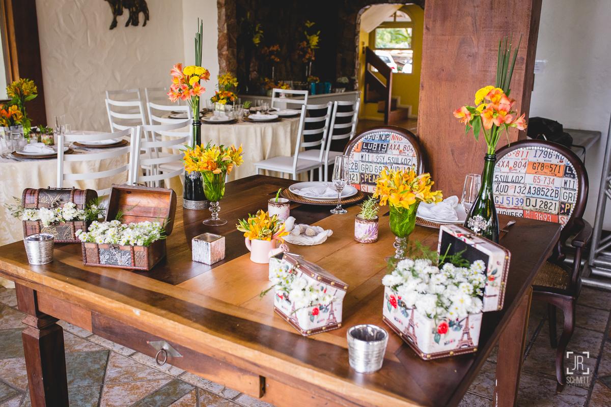 Mesa dos noivos com flores amarelas e vasos de  garrafa de espumante