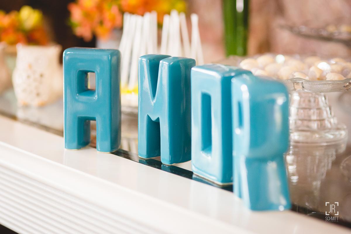 Amor escrito com letras de cerâmica