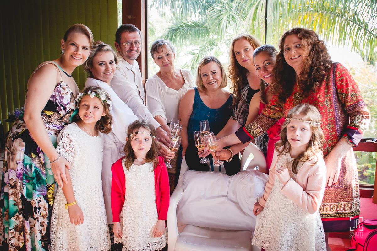 Noiva brindando com as madrinhas
