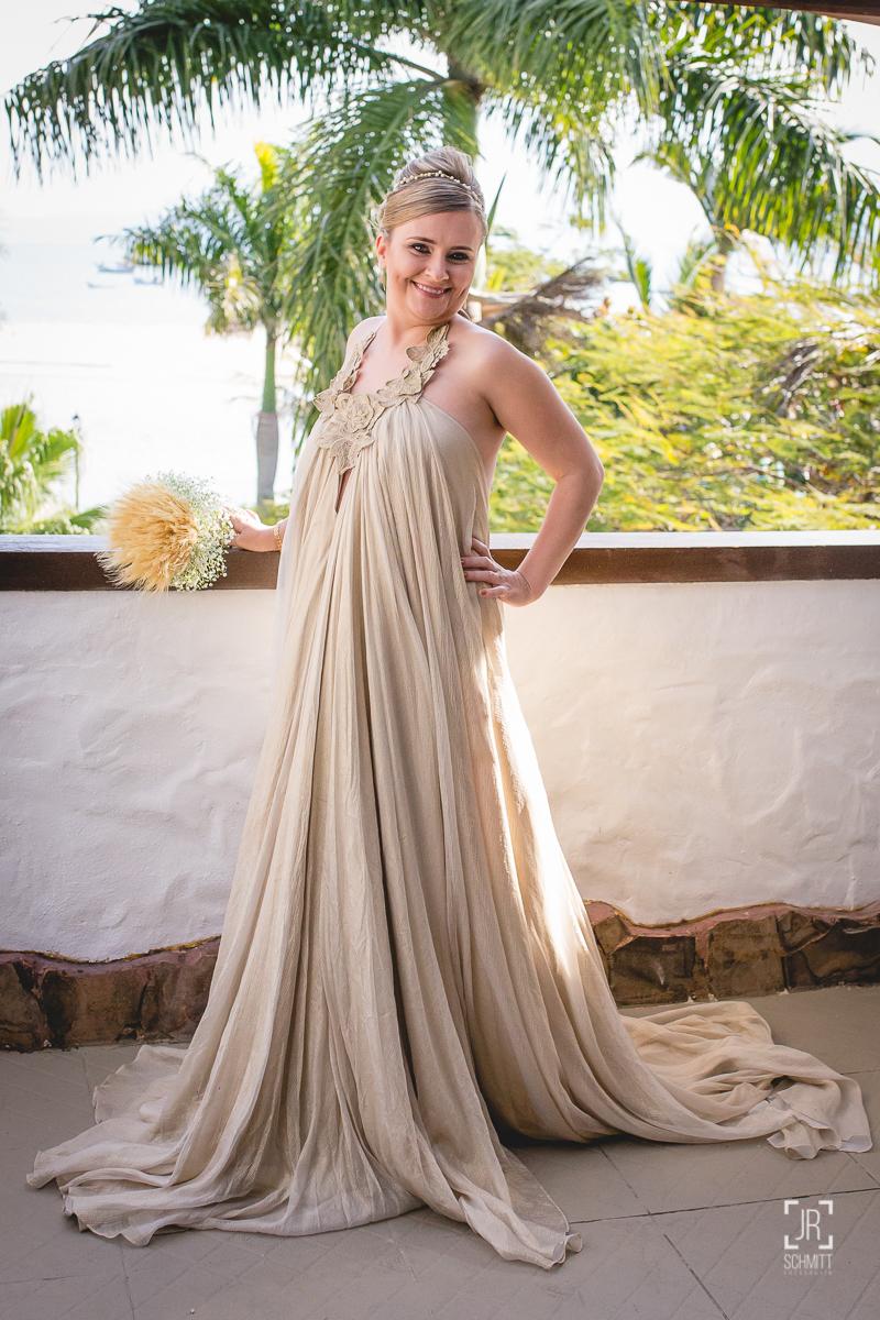 Noiva com vestido dourado