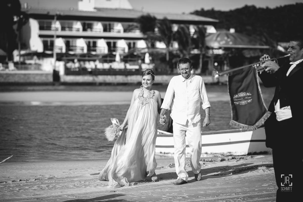 Noiva entrando na cerimônia acompanhada pelo pai