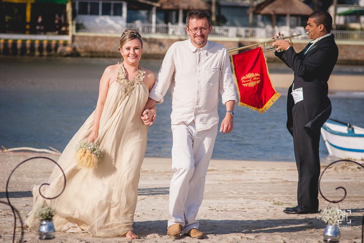 Noiva e pai entram na cerimônia
