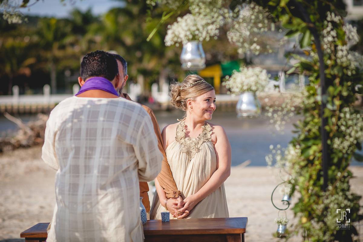 Noiva feliz durante a cerimônia na praia de Ponta das Canas