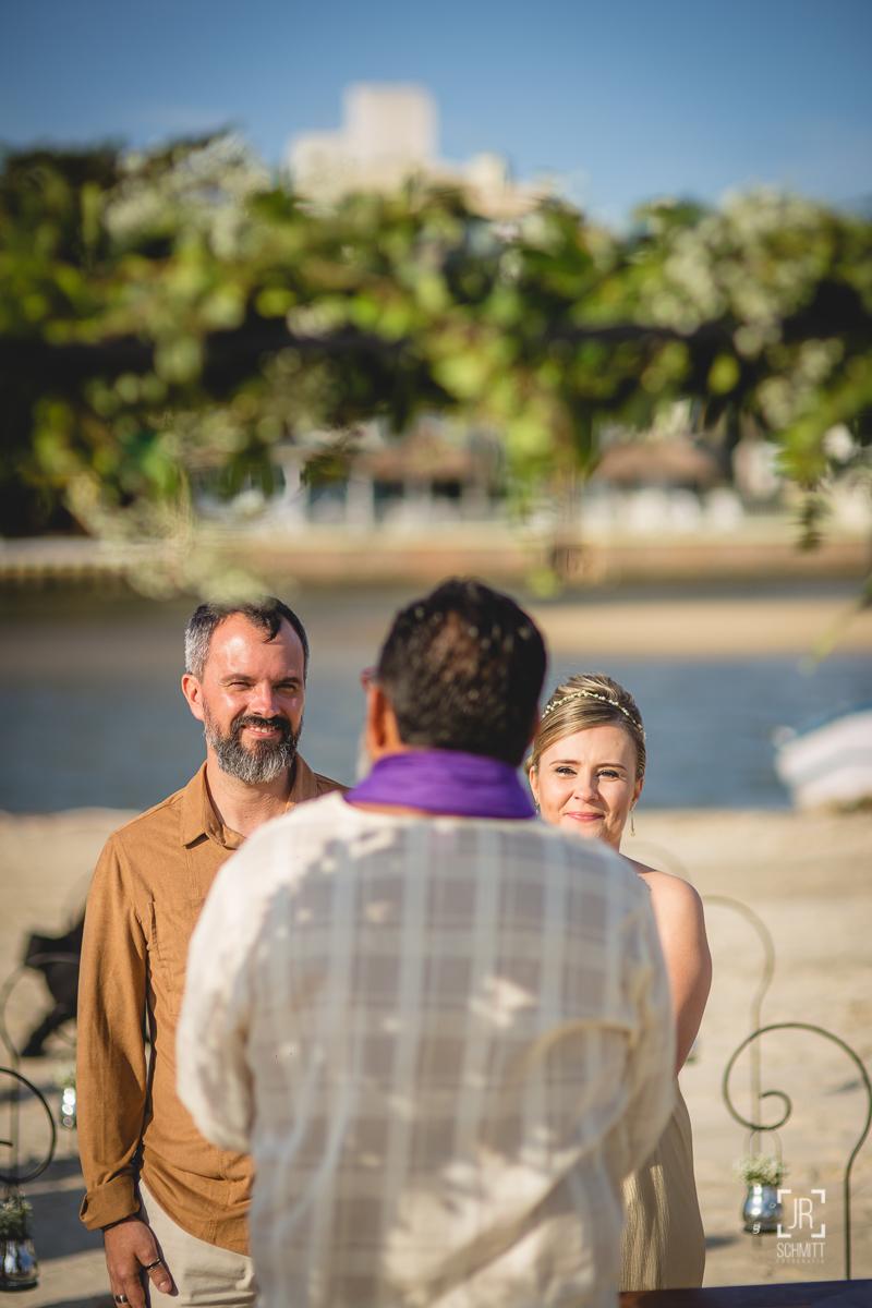 José Ferraz celebrando casamento na praia em Florianópolis