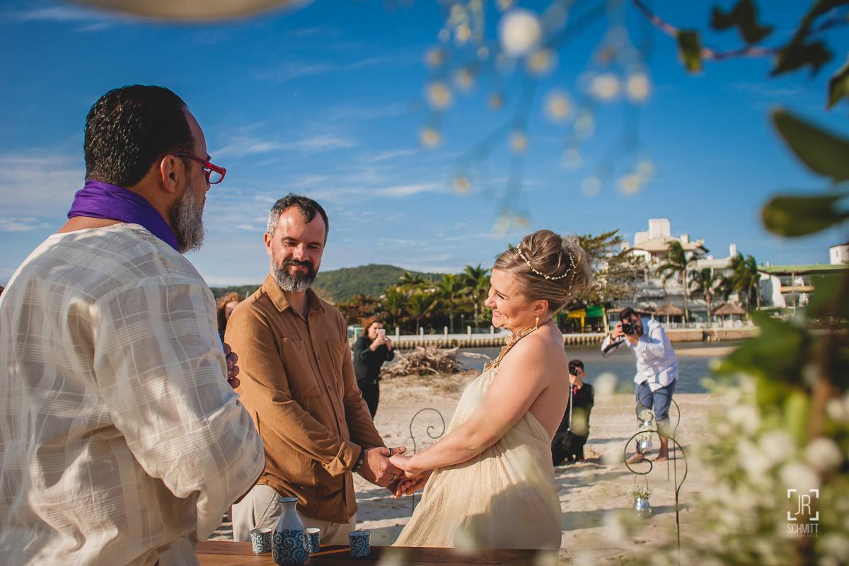 Noivos casam de dia na praia em Florianópolis