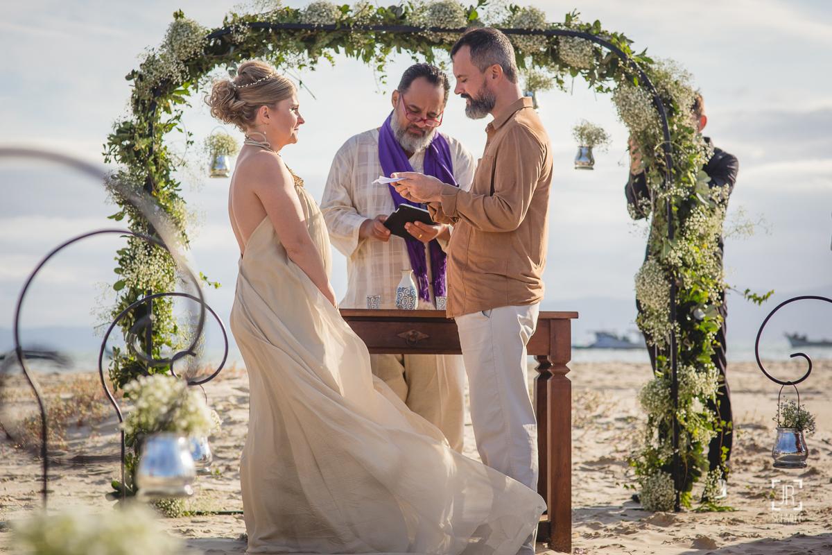 Noivos trocam votos durante casamento na praia