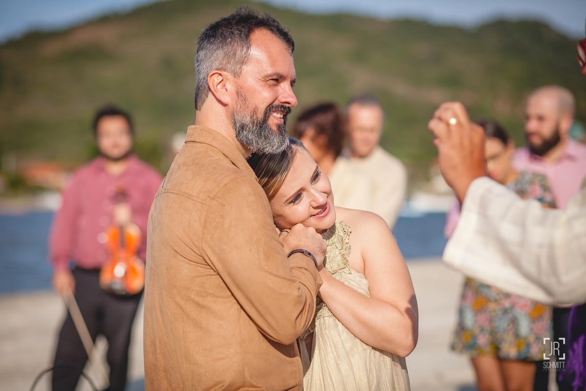 Noiva encosta no ombro do noivo
