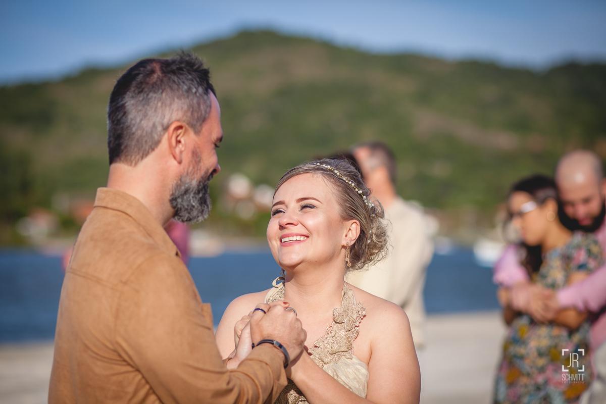Noiva sorrindo para o noivo