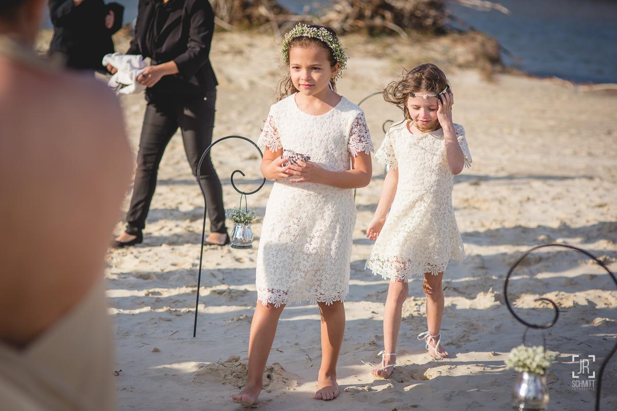 Daminhas entram com as alianças em cerimônia com pé na areia da praia