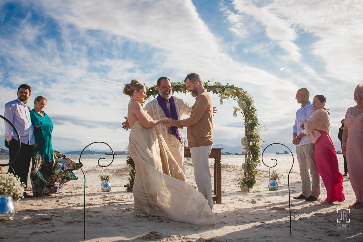 Celebrante José Ferraz realizando casamento na praia em Florianópolis